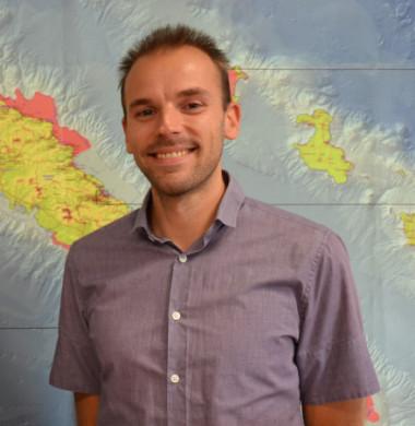 Gaëtan Vilette, géomaticien à la DTSI qui a rejoint le Pacific fusion center (à d.), aux côtés de Damien Buisson, chef de service de la géomatique et de la télédétection.