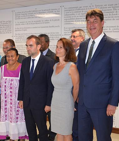 Le ministre des Outre-mer aux côtés des onze membres du gouvernement de la Nouvelle-Calédonie.