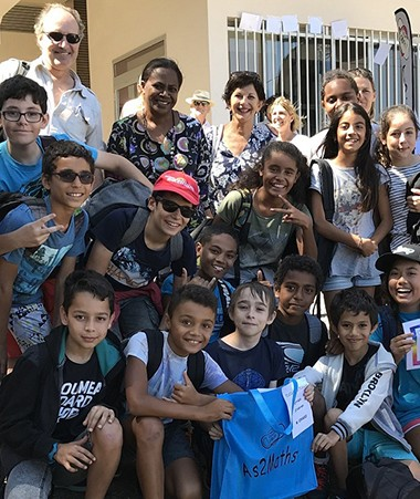 Hélène Iékawé, membre du gouvernement en charge de l'enseignement, avec les élèves du collège de Tuband qui ont remporté le Rallye maths des 6e.