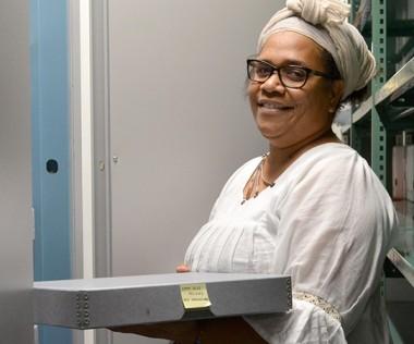 Ingrid Waneux, chef du service des archives de la Nouvelle-Calédonie, devant le coffre-fort où sont conservés les actes.