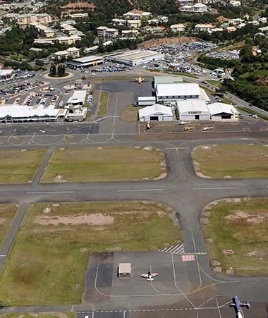 La mise aux normes de l'aérodrome de Magenta et le déplacement de la route qui le longe sont inscrits dans le contrat 2017-2021 État-Nouvelle-Calédonie.