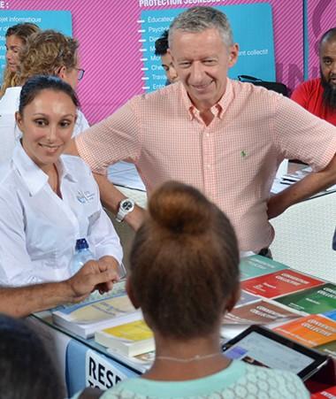 Le secrétaire général du gouvernement, Alain Marc, a rendu visite aux agents mobilisés sur le stand du gouvernement de la Nouvelle-Calédonie au Forum emploi et formation.