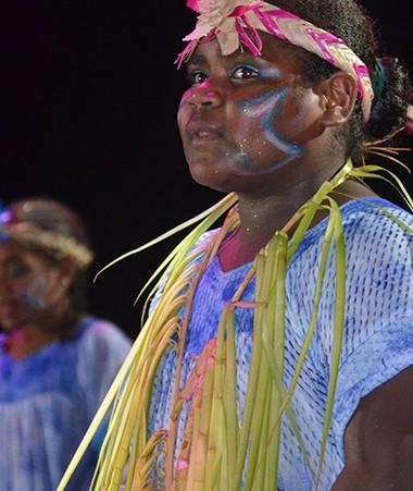 Du 17 au 22 novembre, le Carrefour des arts a permis aux élèves de se produire sur la scène du centre culturel Tjibaou. Ici, un chant proposé par une classe d'Ouvéa.
