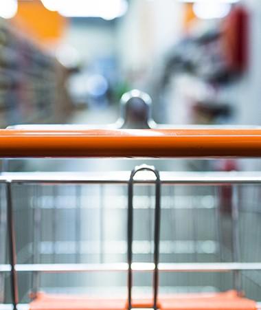 L'obligation d'encadrer les prix de l'alimentaire et des produits de grande consommation est maintenue.
