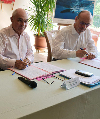 Signature de la convention par Philippe Germain, Thierry Lataste et Yannick Blanc.