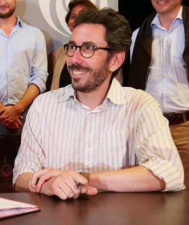 Philippe Germain, président du gouvernement, et Julien Neutres, directeur de la création, des territoires et des publics du CNC, ont signé une convention, vendredi 29 juin à La Foa.