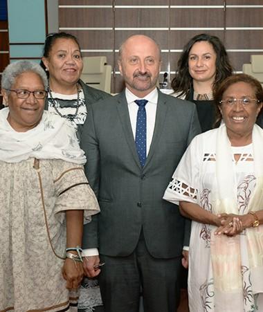 Le président du Congrès, Gaël Yanno, entouré d'une partie des autres membres du bureau dont la première vice-présidente Caroline Machoro-Reignier (© Congrès).