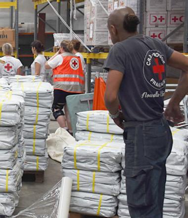 Dans le dock de Montravel, préparation des kits à envoyer à Ambaé au Vanuatu. © Croix-Rouge française
