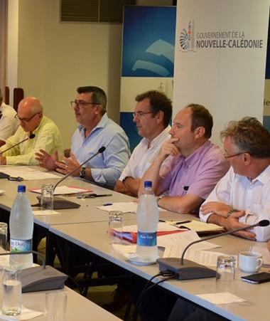 Philippe Germain et Thierry Lataste ont fait le point sur la pollution aux hydrocarbures le 30 novembre, entourés des services compétents dont la Marine nationale, la DSCGR, la DASS et la DAVAR.