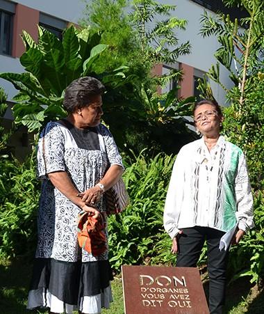 Valentine Eurisouké a inauguré une stèle en l'honneur des donneurs d'organes, aux côtés de Joanny Chaouri (Sénat coutumier), de la présidente de l'AIRTNC et de la présidente du conseil d'administration du CHT, Jacqueline Bernut.
