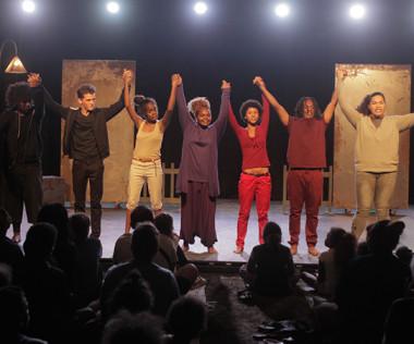 Les jeunes comédiens de Par les pairs ont salué sous les applaudissements nourris du public © photos Jeanne Vassard).