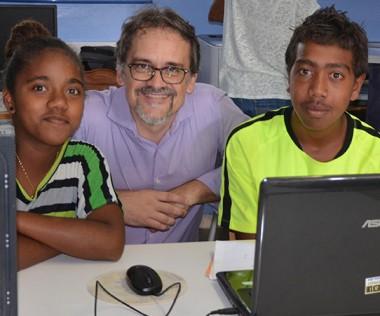 La signature de la convention a eu lieu dans la salle informatique du collège, en présence d'élèves.