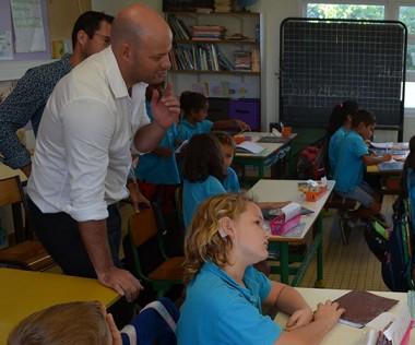 Dans la classe de la petite Camille, Christopher Gygès s'est essayé à la langue française complétée (LPC) avec l'aide de Norine Deschamps, codeuse à l'APS.