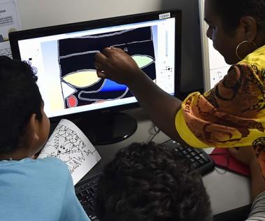 Les espaces publics numériques permettent aux Calédoniens de se familiariser aux usages de l'informatique. Ici, celui de Kaméré. © Photo Ville de Nouméa/NiKo VinCent.