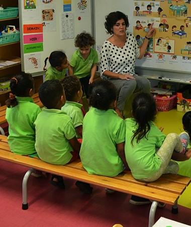 Dès la maternelle, des outils pédagogiques permettent de rendre très concret le parcours civique à l'école. Ici, sous le regard d'Hélène Iékawé.
