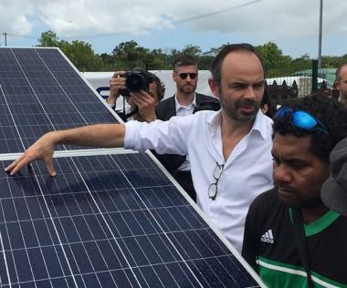 Le Premier ministre a visité le site photovoltaïque de Hapetra, à Lifou, le 3 décembre (© Alizés Énergie).