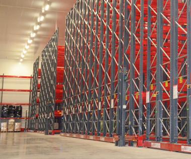 Des rayonnages, pour l'instant presque vides, sur une superficie de 2 300 m2 et une hauteur de 10 m !