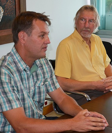 Philippe Germain et Jacques Pior (au centre), responsable national du développement de l'agriculture biologique depuis 1998.