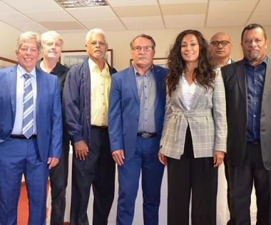 Inès Bouchaut-Choisy, présidente du groupe Outre-mer du CESE national, est entourée des deux membres du gouvernement, du président du CESE-NC et des autres membres de la délégation.