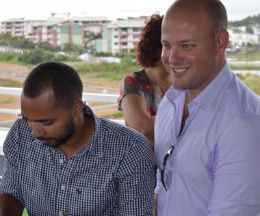 Jérémie Sylvan, cogérant du Fitness Park de Dumbéa-sur-Mer, signe la convention d'adhésion à la carte senior.