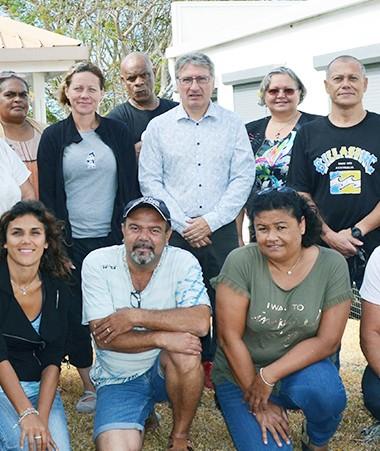 Les quatorze professionnels bénéficiant de la formation, avec des représentants de  l'IFPSS, du CHD et de la Province Sud.