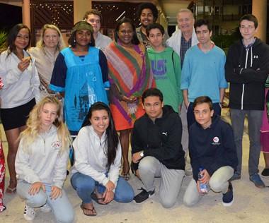 Hélène Iékawé, membre du gouvernement en charge de l'enseignement, aux côtés des lycéens originaires d'Orsono, une ville au sud du Chili.