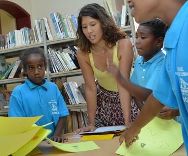 """Les élèves et Yuni, accompagnatrice du Creipac, devisant autour du mot """"émoticône""""."""