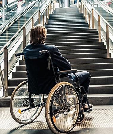 Des progrès ont été accomplis en matière de handicap et de dépendance, mais il reste beaucoup de choses à faire.     De marches à gravir.