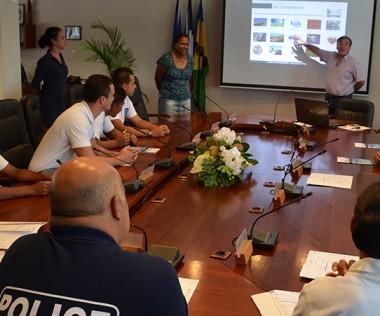 Hélène Iékawé et Emmanuel Bérart, l'un de ses chargés de mission, ont présenté aux Cadets de la République les compétences et le fonctionnement du gouvernement.