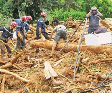À Houaïlou, les équipes de sauveteurs avaient travaillé sans relâche pendant quatre journées pour porter secours aux personnes, rechercher les disparus et sécuriser la population.