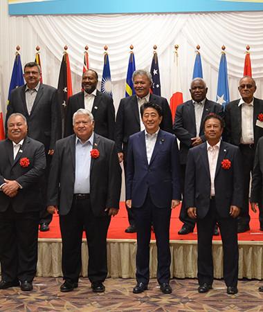 Photo souvenir pour la vingtaine de dirigeants du Pacifique autour de Shinzo Abe, Premier ministre du Japon.