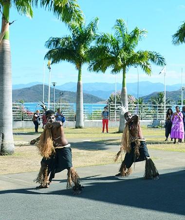 Le séminaire « Cultures régionales et réussite scolaire » a débuté au son et au rythme de chants et danses traditionnels kanak.