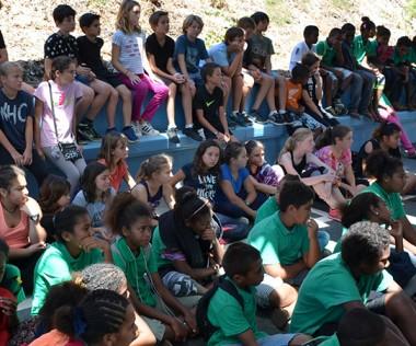 Pendant la cérémonie d'accueil, les élèves du collège de Tadine et de Mariotti qui participent à l'échange, ont écouté les discours.