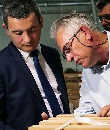 Gérald Darmanin a visité la menuiserie Beneytou aux côtés de Laurent Madeline, l'un des deux co-gérants de l'entreprise.