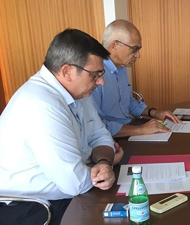 Philippe Germain a reçu Nicolas Danis (au premier plan, à droite) et Raphaël Quilici (au second plan, à droite) de la délégation Nouvelle-Calédonie de l'association des Meilleurs ouvriers de France.