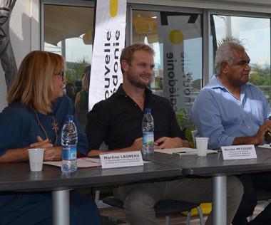 Martine Lagneau pour la province Sud et Nicolas Metzdorf, aux côtés de Walles Kotra et Sophie Gigon pour France Télévisions, et de Stéphane Meunier, le producteur de la série.