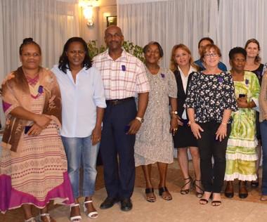 Les lauréats des Palmes académiques aux côtés d'Hélène Iékawé, membre du gouvernement en charge de l'enseignement et du vice-recteur, Jean-Charles Ringard Flament.
