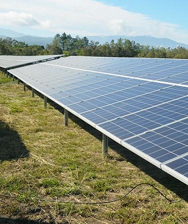 Ces fermes solaires pourront faire passer l'autonomie électrique de la distribution publique de 31 % à 36 % à l'horizon 2021 et réduire les émissions de CO2 de 42 000 tonnes par an.