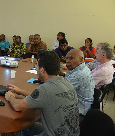 La réunion s'est tenue en présence du sénateur-maire de l'île des Pins, de conseillers municipaux, des autorités coutumières, d'hôteliers et de responsables médicaux de l'île.