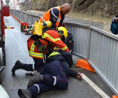 Les pompiers stagiaires en manœuvres : ici, un accident sur la voie publique qui implique un véhicule de secours.