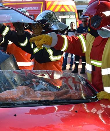 Des exercices de désincarcération sur des carcasses de véhicules ont été organisés par des pompiers stagiaires du RSMA et la direction de la Sécurité civile.