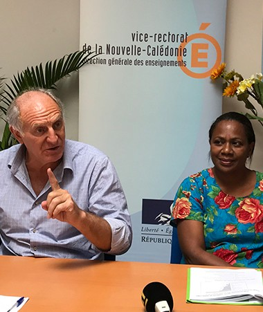 Conférence de presse autour de Jean-Charles Ringard-Flament, vice-recteur, et Hélène Iékawé, en charge de l'enseignement au gouvernement.