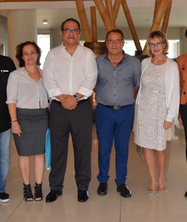 Les représentants d'une partie des 21 membres du RIIFE entourent Jean-Louis d'Anglebermes, vice-président du gouvernement.
