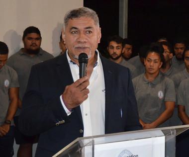 Willy Taofifenua, président de l'Académie du Pacifique Sud, les jeunes du centre de formation et Pierre Forest, directeur de la Jeunesse et des sports de la Nouvelle-Calédonie.