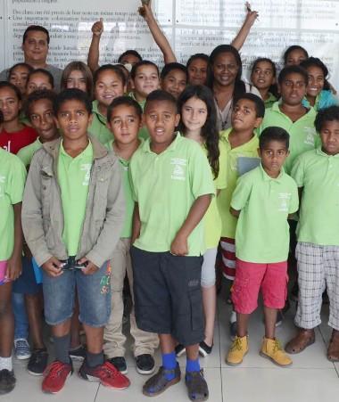 Photo de groupe devant le Préambule de l'Accord de Nouméa.
