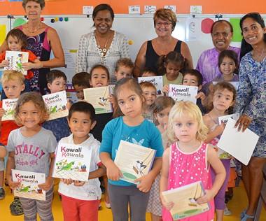 La classe lauréate avec Hélène Iékawé, membre du gouvernement en charge de l'enseignement, entourée de l'équipe pédagogique et de Clémentine Tavant, conseillère pédagogique à la Denc (à droite).