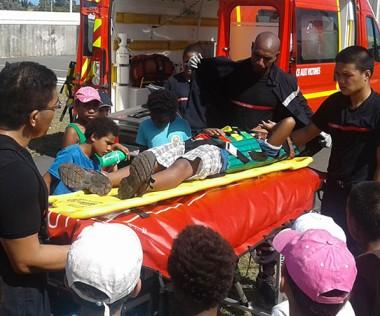 Les élèves, comme ici à Koumac, ont participé à un exercice d'évacuation de blessé suite à une simulation d'accident de la route.