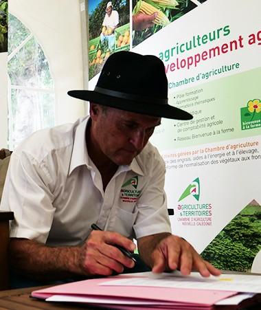 La réduction de l'utilisation des produits phytosanitaires et un plan de développement du bio sont au cœur du protocole d'engagement signé entre le gouvernement et la Chambre d'agriculture.