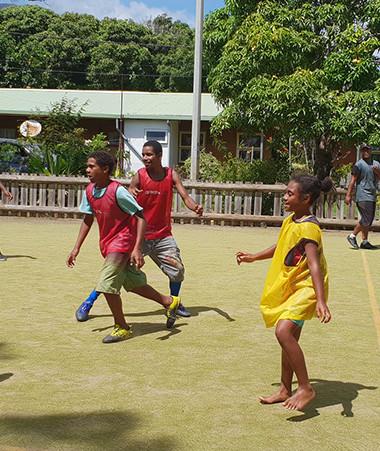 À Thio, un éducateur sportif organise des activités de sport loisirs sur les temps périscolaires et extra-scolaires dans le cadre du programme « Sport pour tous ».