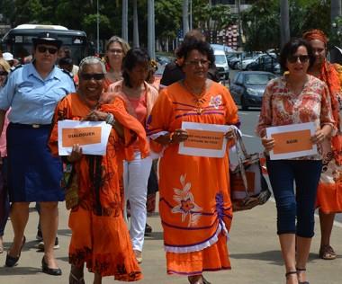 Le cortège de la marche orange s'est d'abord dirigé vers le commissariat central de la police nationale.